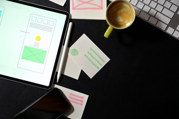 Espacio de trabajo del diseñador creativo del sitio web de ui con un marco de plantilla