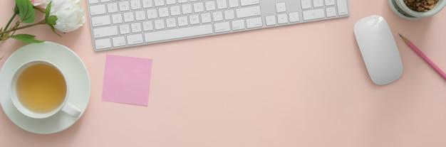 Espacio de trabajo con dispositivos digitales en mesa rosa