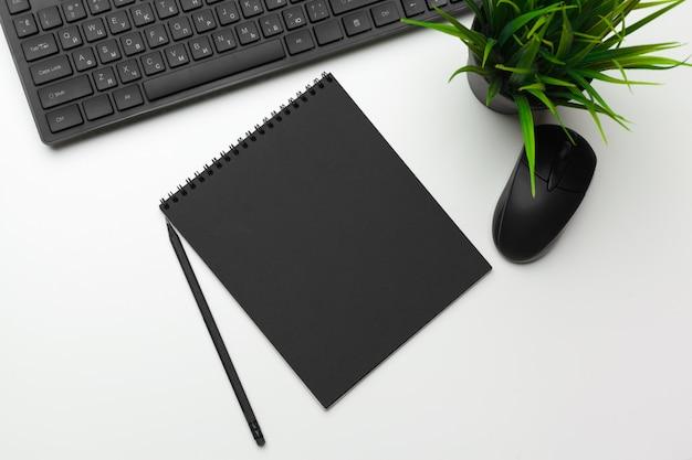 Espacio de trabajo de un empleado de oficina con teclado de computadora
