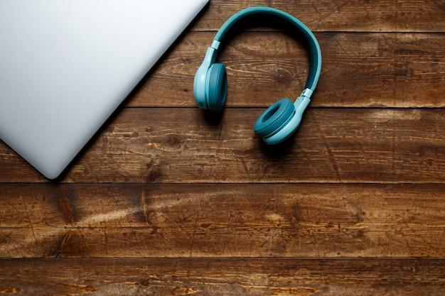 Espacio de trabajo de un empresario. vista desde arriba . portátil de café y portátil en el escritorio con nota negra.