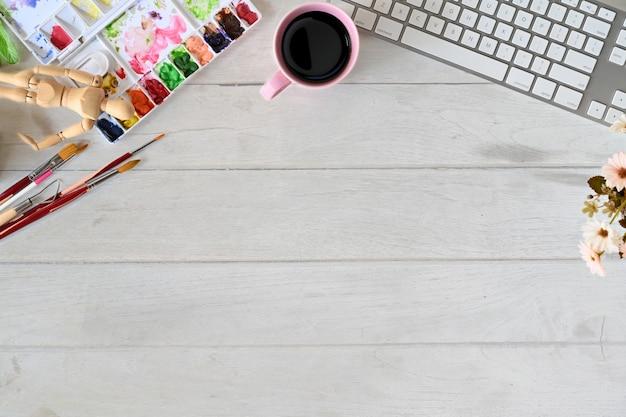 Espacio de trabajo de escritorio de mesa de artista y espacio de copia.