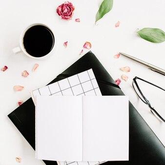 Espacio de trabajo de escritorio de oficina blanco con hojas de papel en blanco y verde