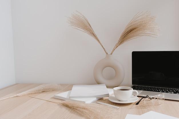 Espacio de trabajo de escritorio de oficina en casa femenina. ordenador portátil de pantalla en blanco con espacio de copia.