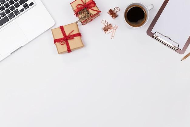 Espacio de trabajo del escritorio de la oficina en casa de la mujer con el cuaderno