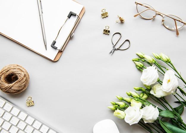 Espacio de trabajo de escritorio de oficina en casa