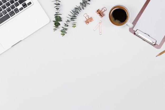 Espacio de trabajo de escritorio de la oficina de mujer con portátil