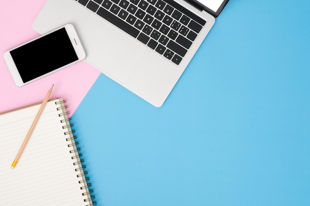Espacio de trabajo del escritorio de oficina - plano, vista superior, maqueta, foto del espacio de trabajo con computadora portátil, maqueta