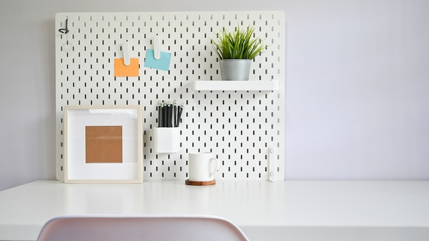 Espacio de trabajo escritorio de oficina y útiles de oficina y silla.
