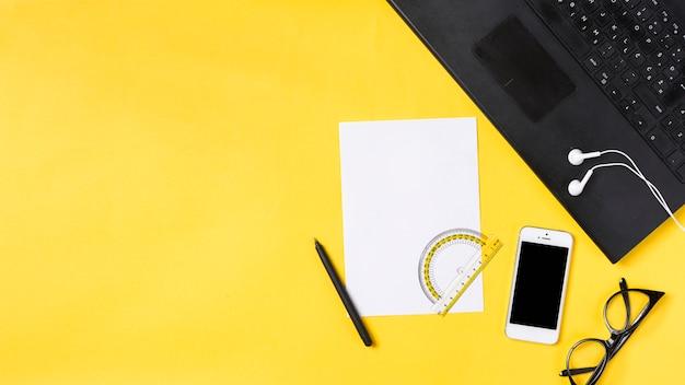 Espacio de trabajo en escritorio con varios elementos