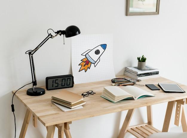 Espacio de trabajo de estilo minimalista con un dibujo de lanzamiento de cohete
