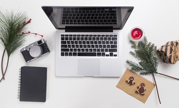Espacio de trabajo en estilo navideño con laptop