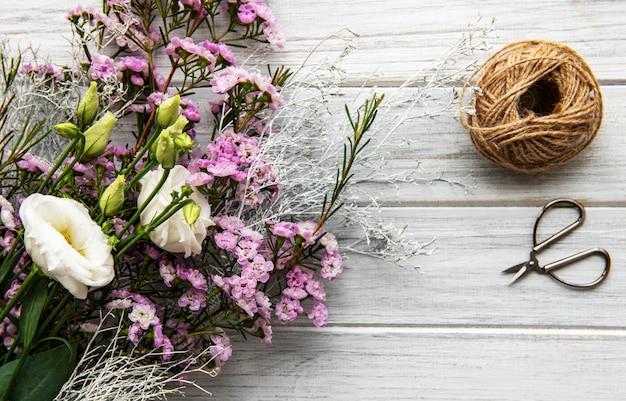 Espacio de trabajo de floristería con flores