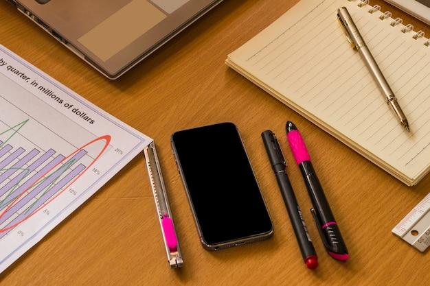 Espacio de trabajo con gráfico, calculadora, papelería y lugar para el texto