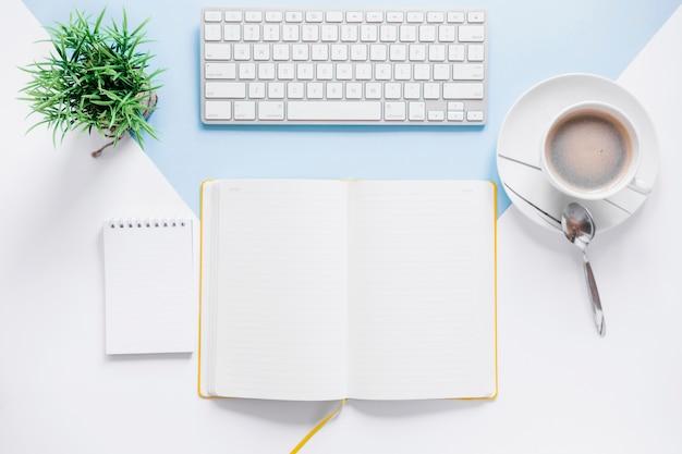 Espacio de trabajo con libro de día abierto y teclado