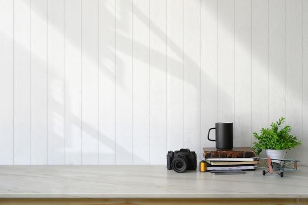Espacio de trabajo loft con accesorios y espacio de copia.