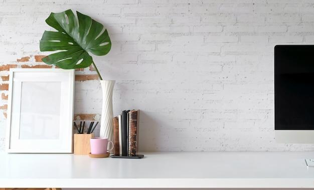 Espacio de trabajo de loft con cartel de maqueta y espacio de copia