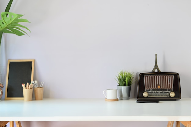 Espacio de trabajo de loft con radio vintage, cartel de maqueta y espacio de copia