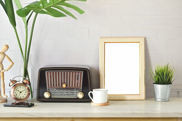 Espacio de trabajo de loft con radio vintage y póster de maqueta.