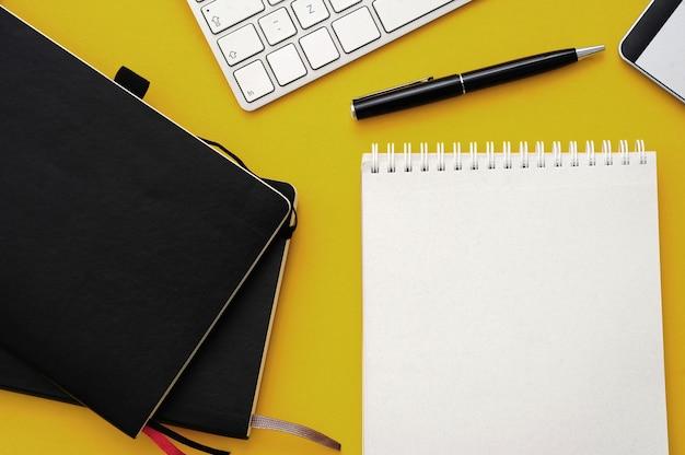 Espacio de trabajo con material de oficina, vista superior