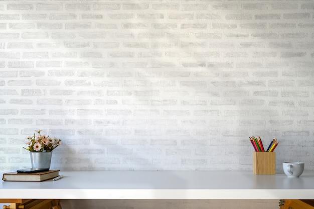 Espacio de trabajo de mesa blanca con suministros y copia espacio.