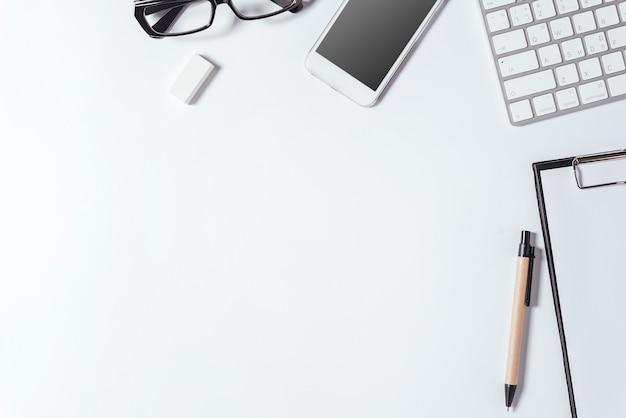 Espacio de trabajo con mesa de escritorio de oficina con muchas cosas. vista superior con copyspace.