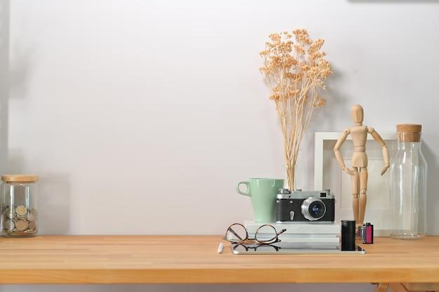 Espacio de trabajo minimalista moderno, escritorio y espacio de copia.