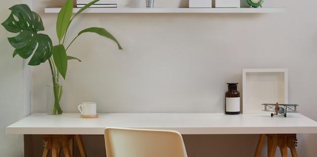 Espacio de trabajo mínimo y escritorio simulado con material de oficina.