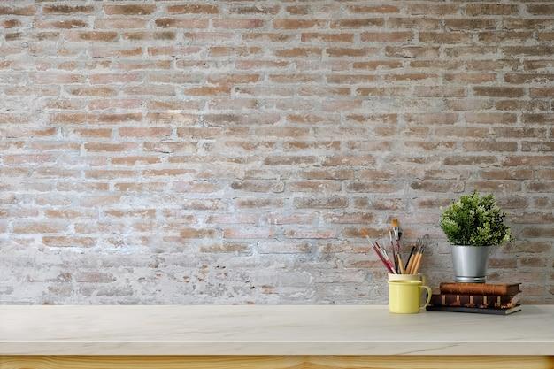 Espacio de trabajo mínimo con maqueta y pared de ladrillo.