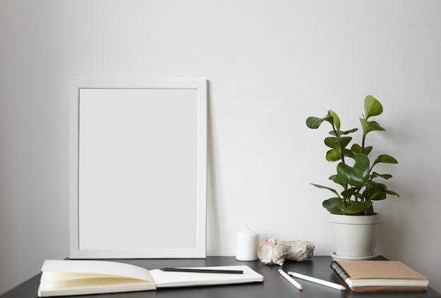Espacio de trabajo moderno: cuaderno de bocetos abierto con páginas blancas en blanco