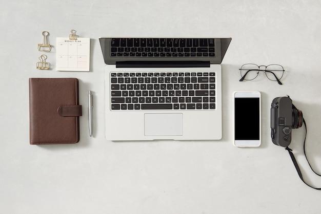 Espacio de trabajo moderno con teléfono inteligente, computadora portátil, tableta y computadora portátil para espacio de copia en un color blanco