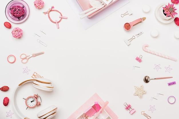 Espacio de trabajo de mujer de moda creativa, vista superior