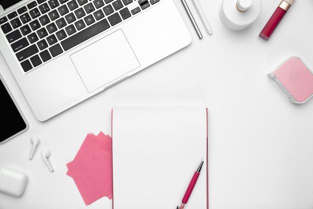 Espacio de trabajo de la oficina en casa, copyspace con suministros y tecnología