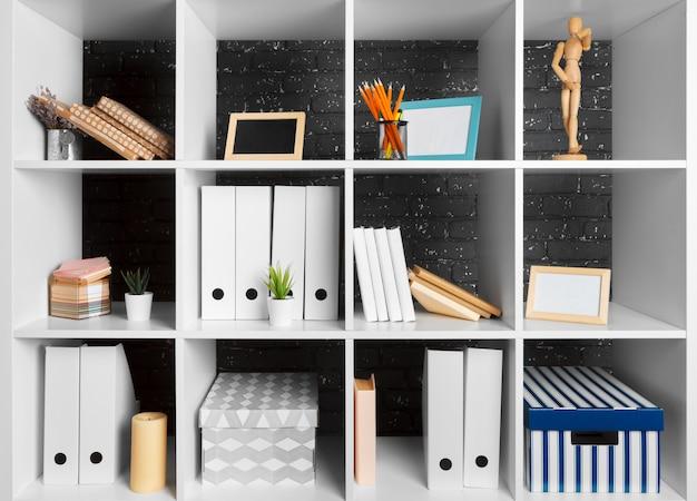 Espacio de trabajo de oficina en casa. estante blanco con accesorios