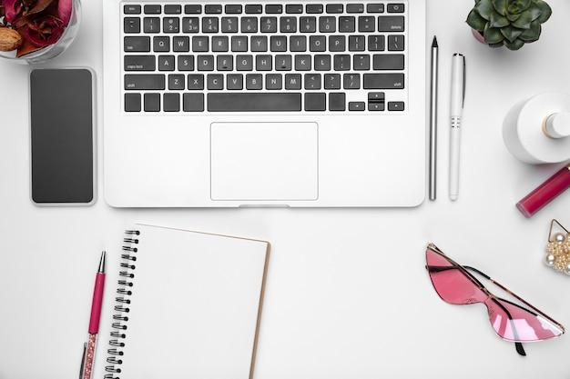 Espacio de trabajo de oficina en casa femenino endecha plana copyspace