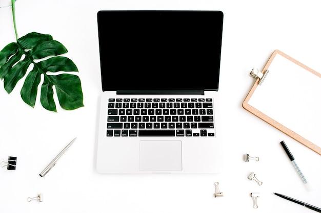 Espacio de trabajo de la oficina en casa con pantalla en blanco portátil