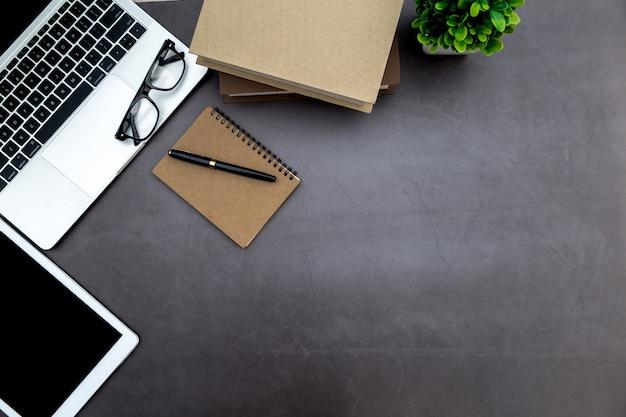 Espacio de trabajo en la oficina, escritorio blanco de madera con cuaderno en blanco y otros suministros de oficina