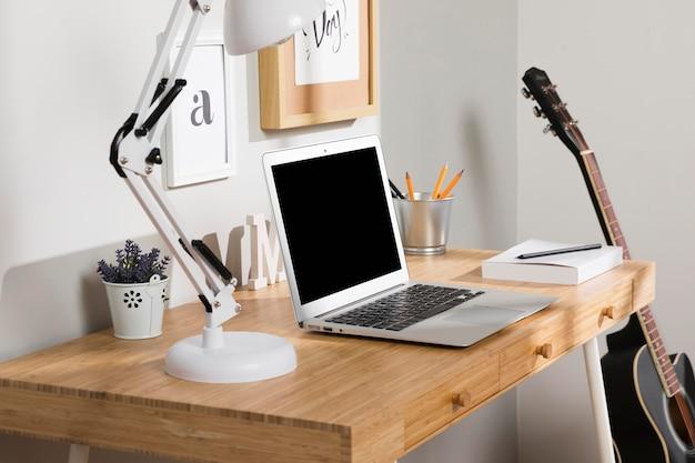 Espacio de trabajo ordenado y ordenado con laptop