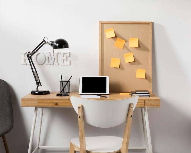 Espacio de trabajo ordenado y ordenado con tableta en el escritorio