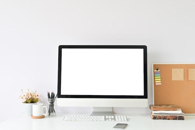 Espacio de trabajo con el ordenador portátil mockup en la mesa de la oficina y suministros de oficina.