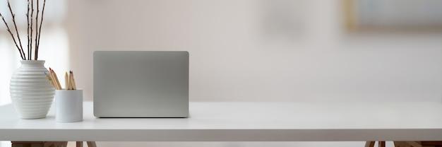 Espacio de trabajo simple con computadora portátil y espacio de copia