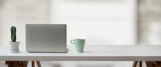 Espacio de trabajo simple con espacio de copia en mesa blanca