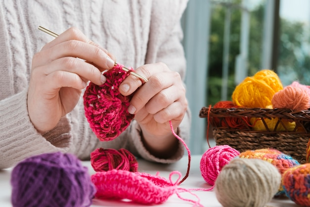 Espacio de trabajo de tejido de mujer de primer plano