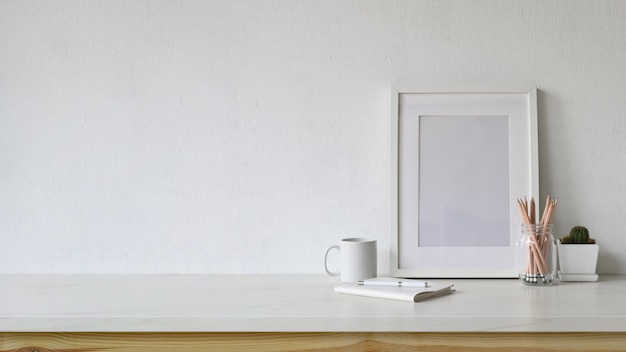 Espacio de trabajo vacío cartel blanco y espacio de copia con suministros de oficina en casa.
