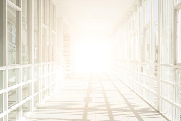 Espacio vacío (pared vacía en una habitación luminosa), construcción de edificios