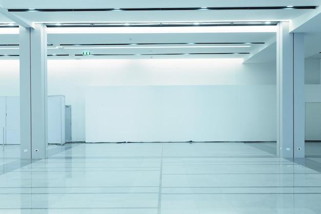 Espacio vacío (pared vacía en una habitación luminosa)