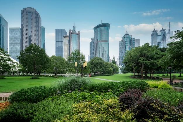 Espacio verde público y arquitectura moderna en el distrito financiero de lujiazui de shanghai