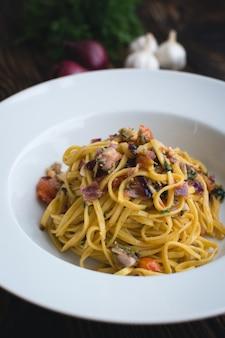 Espagueti aglio olio con cebolla