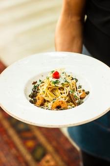 Espagueti con camarones y parmesano rallado