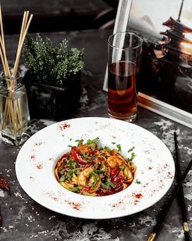 Espagueti de camarones en salsa de tomate
