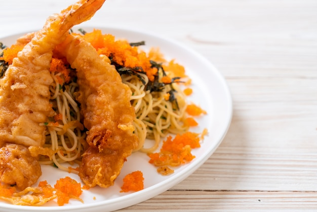 Espagueti con camarones tempura y huevo de camarones